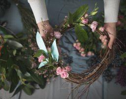Uradi sama: Pet koraka za prolećni venčić od cveća
