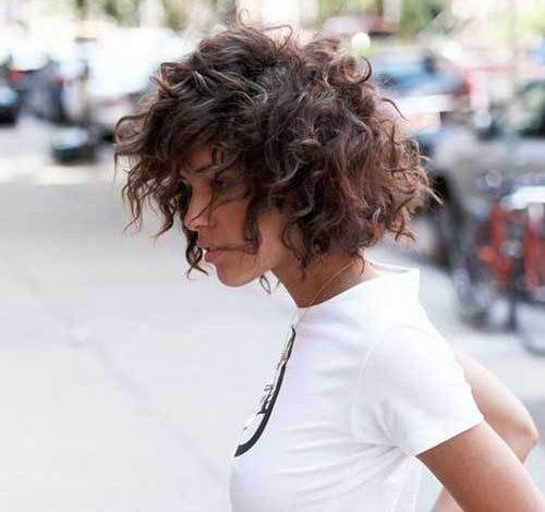 Smela chic frizura za žene sa prirodno kovrdžavom kosom