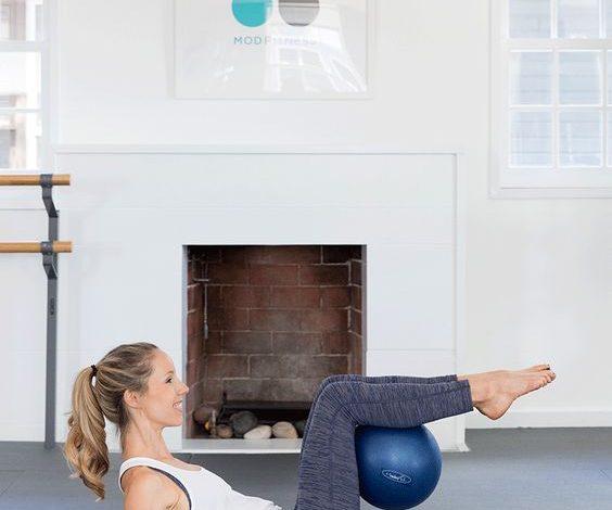 Vežbajte kod kuće: Najbolje vežbe za stomak i zadnjicu sa malom pilates loptom (VIDEO)