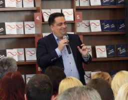 """Nova knjiga Kenana Crnkića """"Nadživeti život"""" promovisana u Beogradu"""