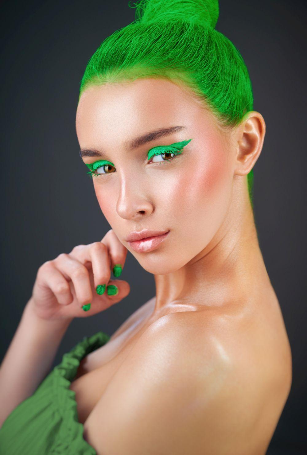 neon zelena kosa lepota