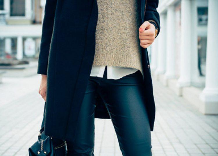 štrikani prsluk i kožne pantalone